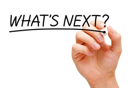 Hand schrijven What's Next? met zwarte stift op transparante wandbord.