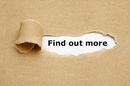 Meer weten, verschijnen achter gescheurd bruin papier. Stockfoto