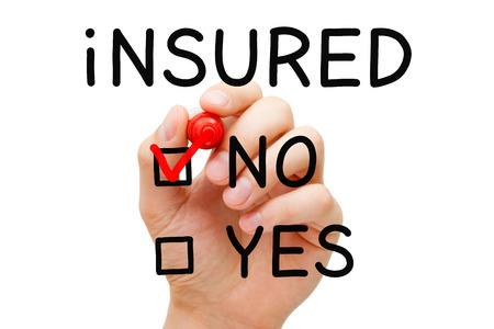 Hand setzen Häkchen mit roten Marker auf Nr. Versicherte.