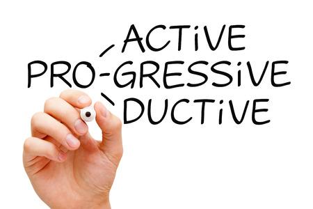 Escritura de la mano proactiva Progresista Productiva con marcador negro sobre Tablero transparente. Foto de archivo