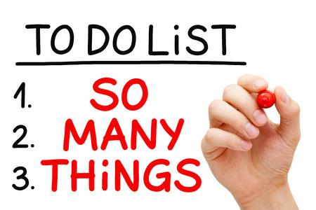 Hand schreiben so viele Dinge in der Aufgabenliste mit roten Marker isoliert auf weiß. Standard-Bild