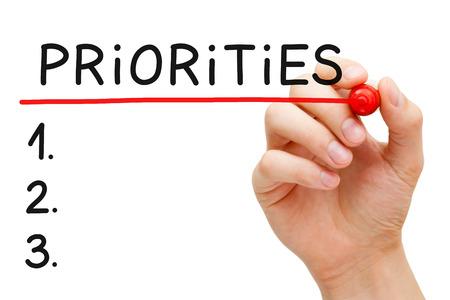 mision: Lista de escritura a mano Prioridades con marcador aislado en blanco. Foto de archivo