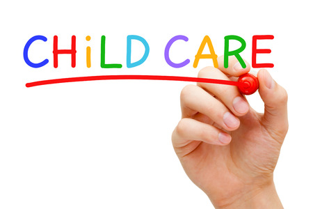 Hand schrijven Child Care met marker op transparante wandbord.