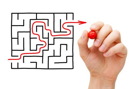 Hand-Zeichnung roter Pfeil durch ein Labyrinth. Konzept über die Suche nach einer Lösung für ein schwieriges Unterfangen.