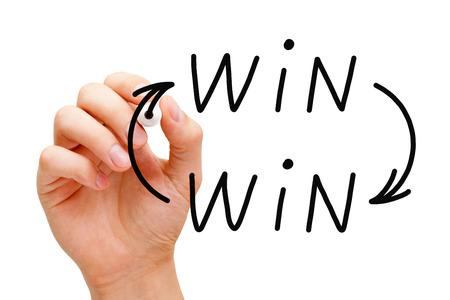 Gráfico de la mano Win Win situación concepto con marcador negro sobre Tablero transparente. Foto de archivo