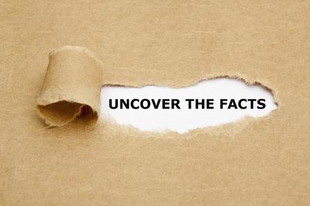 Ontdek de feiten te zien zijn achter gescheurd bruin papier. Stockfoto