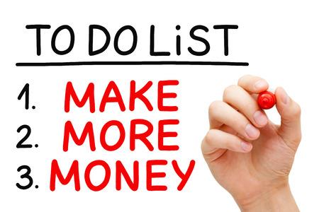 ingresos: Escritura de la mano ganar más dinero en la Lista de tareas con marcador de color rojo aisladas en blanco. Foto de archivo