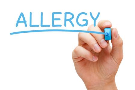 Écriture de main d'allergie avec le marqueur bleu sur un chiffon bord transparent.