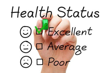 Mettre la main coche avec le marqueur vert sur l'excellent état de santé dans le formulaire d'évaluation. Banque d'images