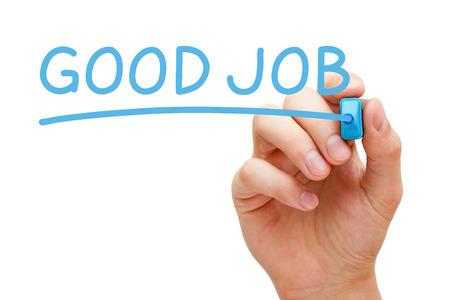 Hand schreiben Good Job mit blauen Marker auf transparent wischen Bord.