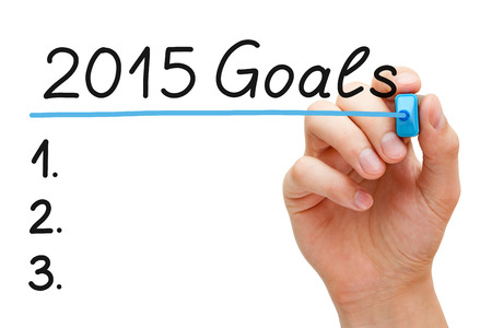 手を白で隔離される青いマーカーで 2015年目標に下線を引きます。 写真素材 - 34268331