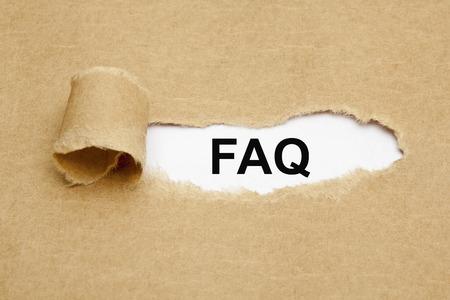 L 'acronimo FAQ - Domande Frequenti appaiono dietro di carta marrone strappata. Archivio Fotografico