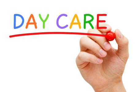 Escritura de la mano Day Care con el marcador en tablero transparente limpie aislado sobre fondo blanco.