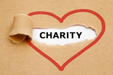 Charity comparanten achter gescheurd bruin papier.
