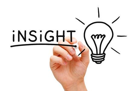 conocimiento: Mano Insight escrito con marcador negro al lado de una lámpara de luz brillante en transparente limpie bordo.