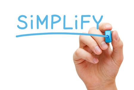 simplicity: Escritura de la mano Simplifique con marcador azul en transparente limpie tarjeta aislada en blanco.
