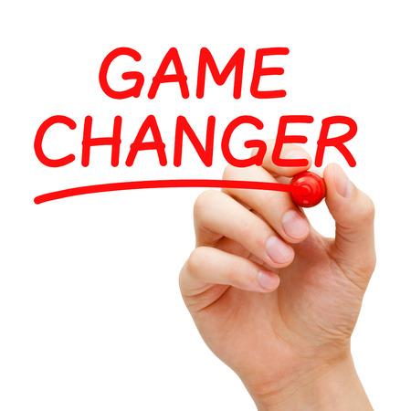 paradigma: Escritura de la mano del cambiador del juego con marcador rojo en transparente limpie tarjeta aislada en blanco.