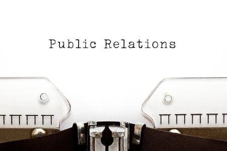 Relations publiques imprimés sur une vieille machine à écrire.