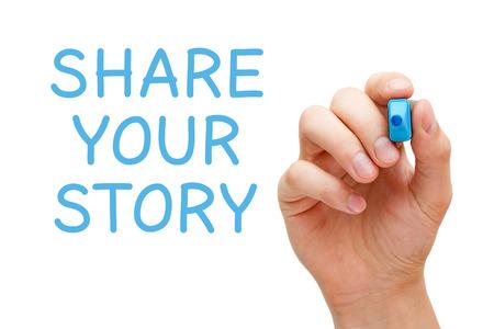 Hand schrijven Deel uw verhaal met blauwe marker op transparante veeg boord.