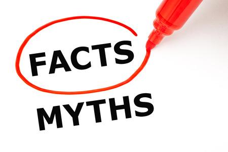 Die Auswahl Fakten statt Mythen. Fakten mit roten Marker ausgewählt. Lizenzfreie Bilder