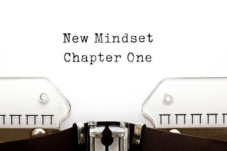 Nieuwe Mindset Chapter One afgedrukt op een oude typemachine.
