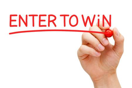 Hand schrijven op Enter om te winnen met rode marker op transparante veeg boord. Stockfoto