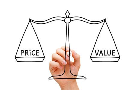 Handzeichnung Price Value Waagschale Konzept mit schwarzen Marker auf Glastafel auf weiß isoliert.