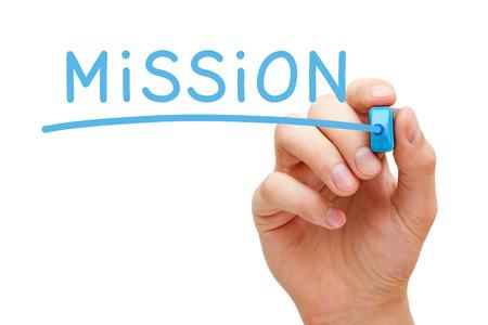 Hand schrijven missie met blauwe marker op transparante veeg boord.