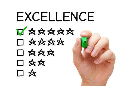 Hand zetten vinkje met groene marker op Excellence vijf sterren. Stockfoto