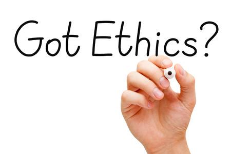 valores morales: Escritura de la mano de �tica conseguido? pregunta con marcador negro en Tablero transparente.