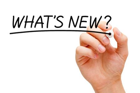 Hand schrijven Wat is er nieuw? met zwarte stift op transparante veeg boord.