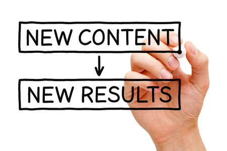 Main écrire le nouveau contenu Nouveaux résultats avec un marqueur noir sur transparent bord lingette.