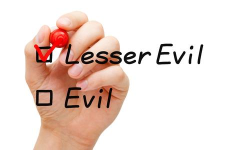Mano poner marca de verificación con marcador rojo en Lesser Evil. Foto de archivo