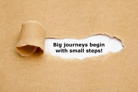 empezar: La cita de motivaci�n grandes viajes comienzan con peque�os pasos, que aparece detr�s de papel marr�n rasgado.