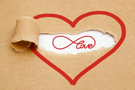 endlos: Endless Love-Konzept mit Unendlichkeitssymbol hinter zerrissenen braunen Papier erscheinen.