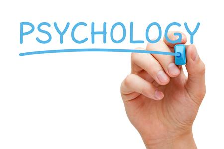 psique: Mano que escribe la palabra Psicología con marcador azul a bordo transparente limpie.