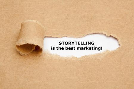 Die Motivzitat Storytelling ist das beste Marketing, hinter zerrissenen braunen Papier erscheinen.