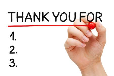 agradecimiento: Subrayando la mano Gracias por Lista con marcador rojo aislado en blanco.