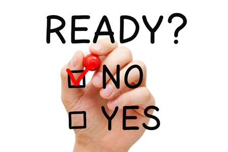emergencia: Mano que pone la marca de verificación con marcador rojo en n Listo. Preparación concepto de encuesta.