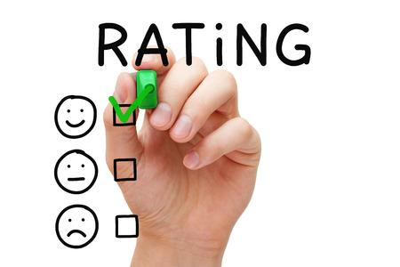 Hand zetten vinkje met groene marker op uitstekende rating. Klanttevredenheid concept.