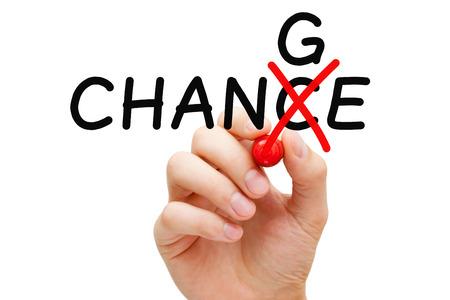 Mano girando la parola Chance in Change con indicatore rosso isolato su bianco. Archivio Fotografico