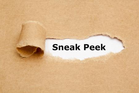 Der Ausdruck Sneak Peek hinter zerrissenen braunen Papier erscheinen.