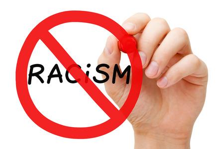 racismo: Dibujo a mano el racismo prohibici�n Concepto de la muestra con el marcador a bordo transparente limpie. Foto de archivo