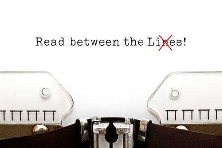 Read Between The Lies Concept On Typewriter 免版税图像 - 116779367