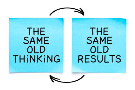Motivationszitat Das gleiche alte Denken, die gleichen alten Ergebnisse handschriftlich mit Marker auf zwei blauen Haftnotizen auf weißem Hintergrund.