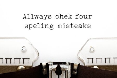 Compruebe siempre si hay errores ortográficos Concepto de máquina de escribir Foto de archivo