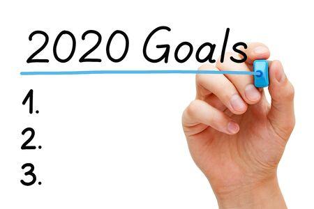 흰색 배경에 격리된 2020년 목록 개념을 수행하는 빈 목표. 투명 닦아 보드에 파란색 마커로 2020 목표에 손으로 밑줄을 긋습니다. 스톡 콘텐츠