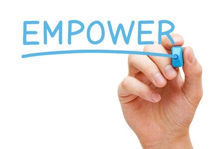 Main qui écrit le mot Empower avec un marqueur bleu sur un panneau transparent essuyé isolé sur fond blanc. Notion d'autonomisation. Banque d'images