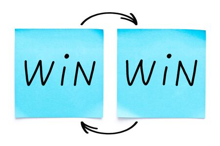 Estrategia de ganar-ganar manuscrita o concepto de situación en dos notas adhesivas azules sobre fondo blanco.