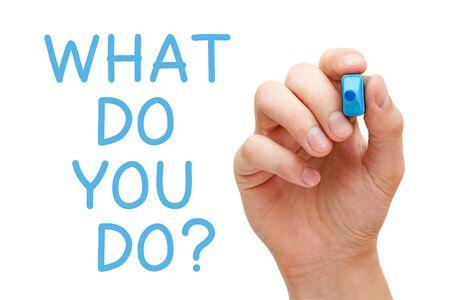 La scrittura a mano con pennarello blu la domanda cosa fai sul pannello di vetro trasparente isolato su sfondo bianco.